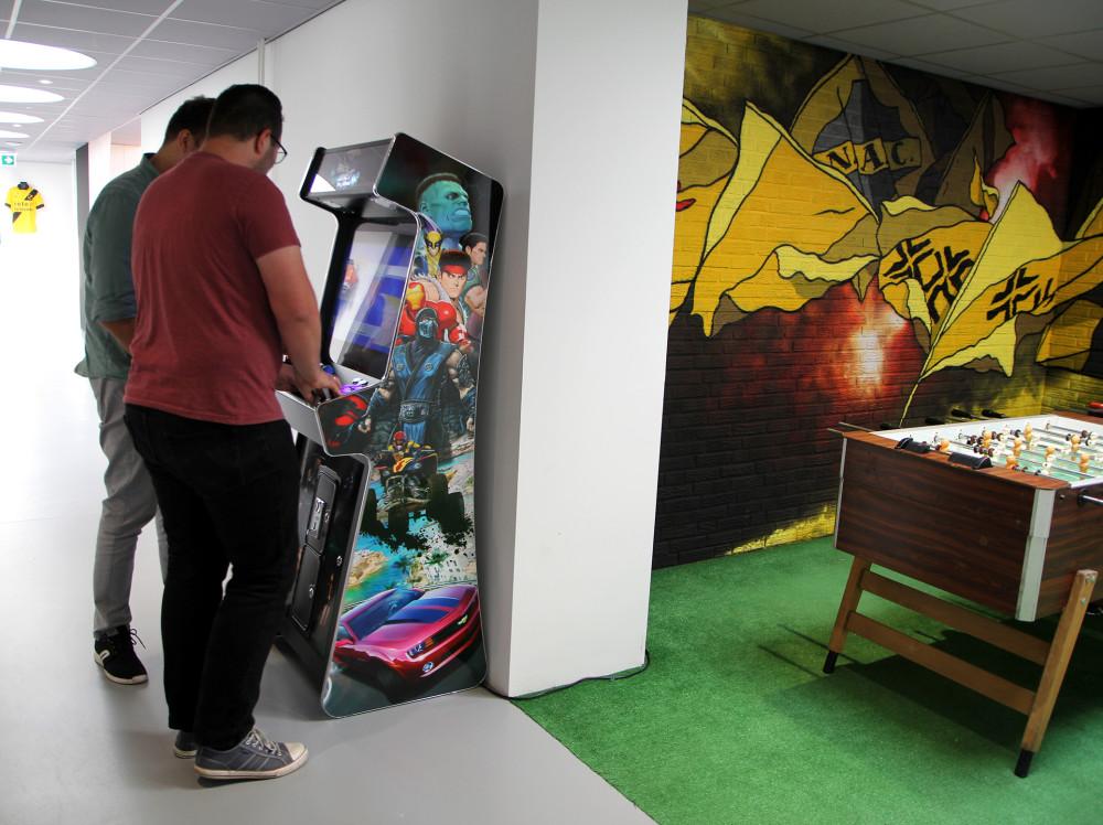 Sfeer bij internetbureau RB-Media uit Breda - Arcade gamekast!